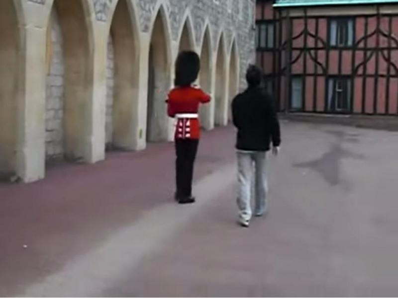 Guarda da Rainha aponta arma a turista (Reprodução/Youtube)