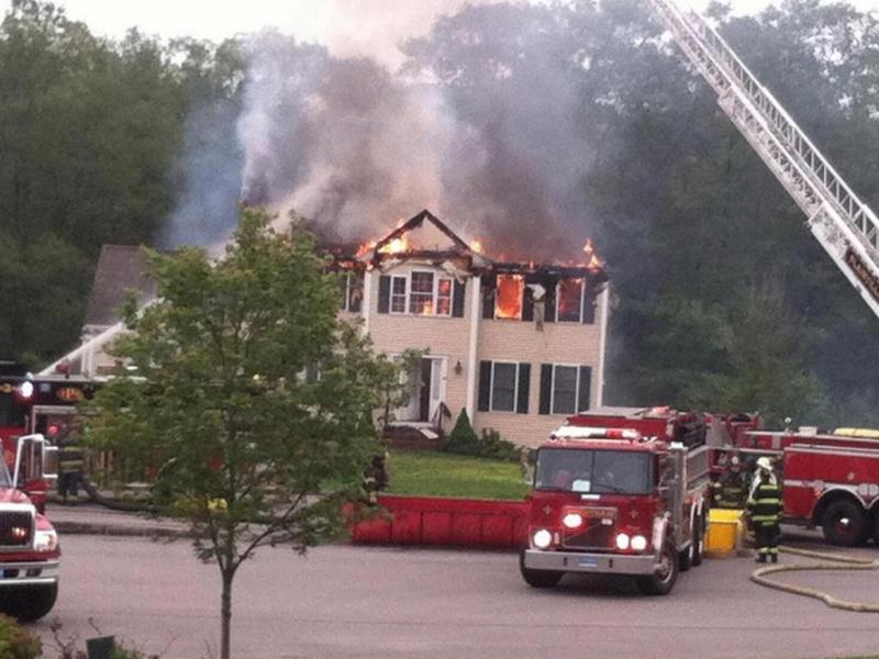 Avioneta cai sobre casa e provoca três mortos (Reprodução/Twitter/Tommy Duggan)