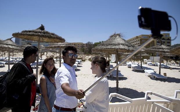 Político britânico causa revolta ao tirar selfie no local do massacre na Tunísia