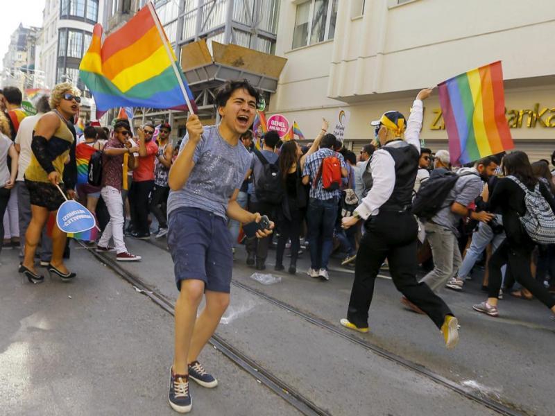 Polícia turca usa canhões de água para dispersar marcha de orgulho gay (Reuters)