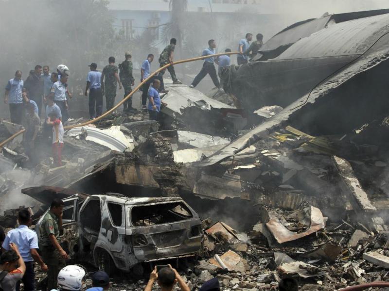 Queda de avião militar faz 20 mortos na Indonésia (Reuters)