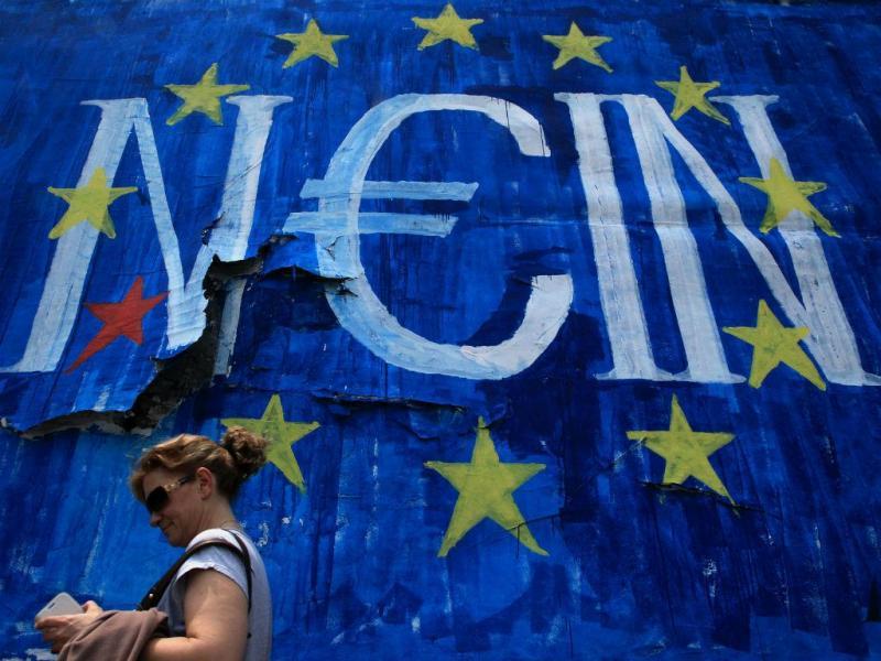 Bancos fechados, dinheiro controlado. Neste graffiti fotografado em Atenas, na Grécia, lê-se