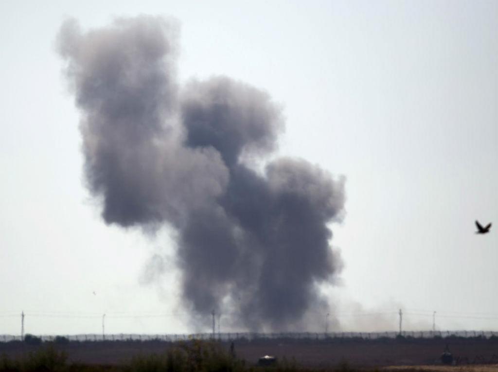 Coluna de fumo ergue-se na Península do Sinai, no dia em que o Estado Islâmico lançou ataques que causaram dezenas de mortes