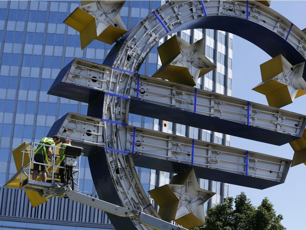 O símbolo do Euro, frente ao Banco Central Europeu, foi desmontado para manutenção (REUTERS/Ralph Orlowski)
