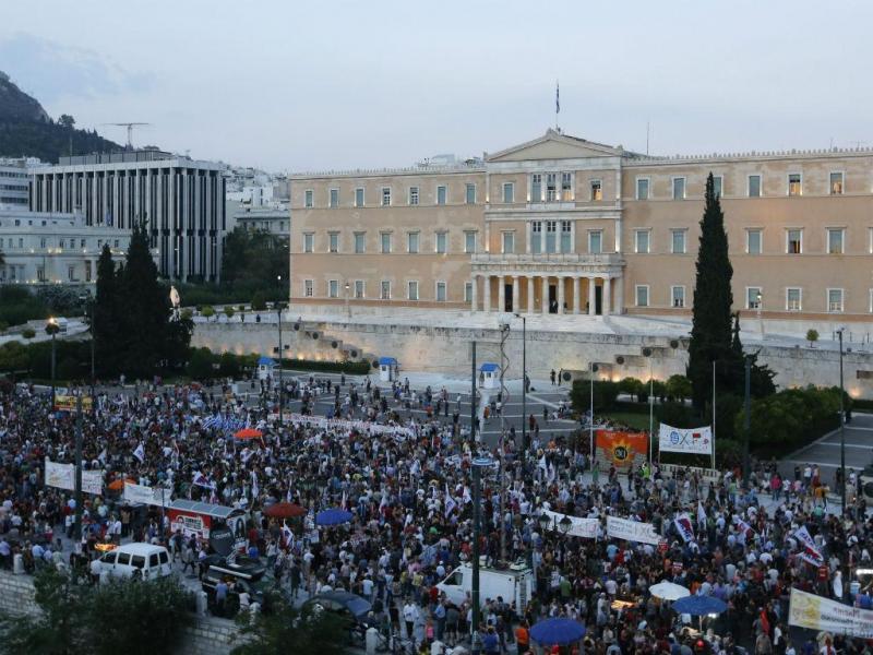Manifestação frente ao Parlamento grego (Reuters)