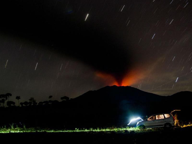 O monte Raung está em erupção (Lusa/EPA)
