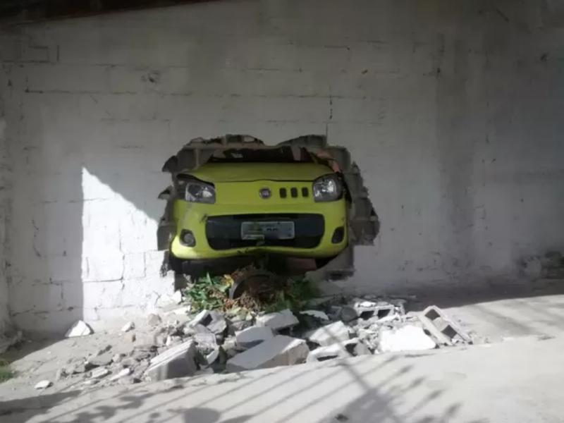 Homem irrita-se e destrói casa e carro da ex-namorada