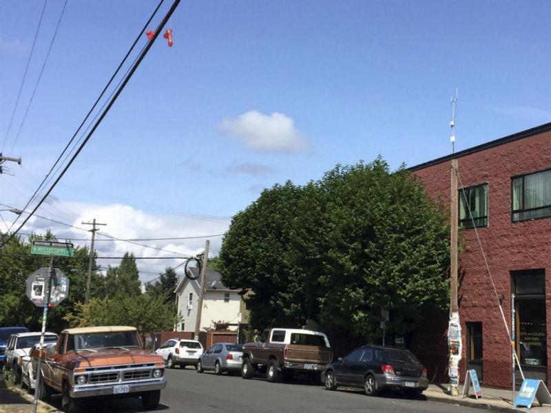 Brinquedos sexuais em postes de eletricidade intrigam moradores de Portland