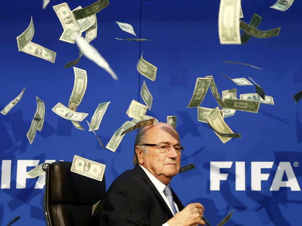 Atiraram dinheiro a Blatter
