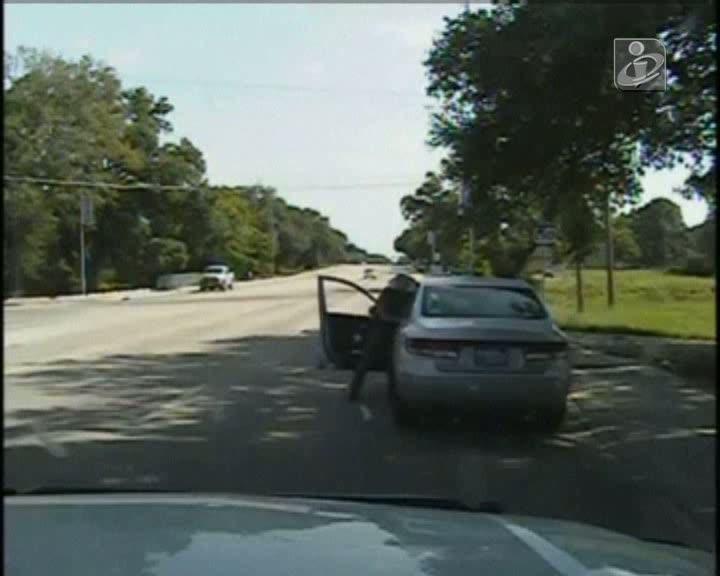 Jovem condutora negra ameaçada com arma taser acaba por morrer