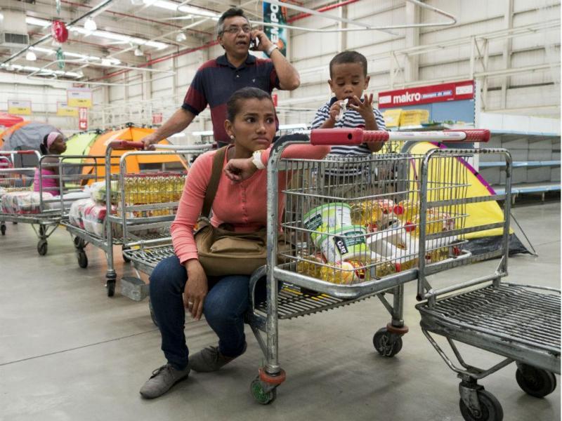 Corrida aos supermercados, devido ao controlo de alimentos e bens essenciais na Venezuela. Os consumidores são obrigados a comprar produtos em grandes quantidades enquanto estes estão disponíveis (Foto: Reuters)