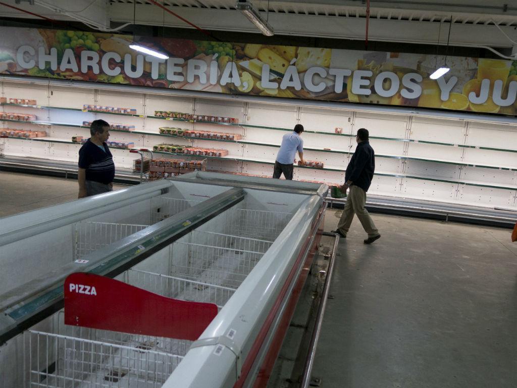 O controlo de alimentos e bens essenciais está cada vez mais rígido. Leite, arroz, açúcar, massa, farinha e azeite são alguns dos bens que podem não estar presentes nas prateleiras dos supermercados (Foto: Reuters)