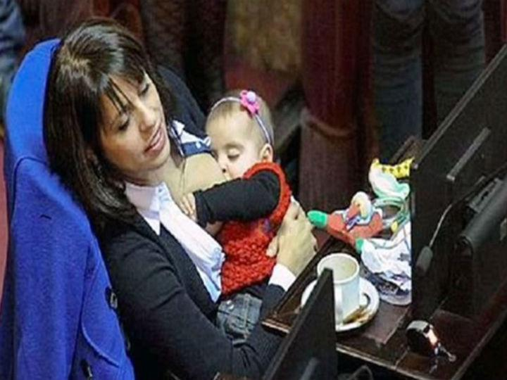 Victoria Donda Perez amamentou a bebé de oito meses em plena sessão do parlamento da Argentina