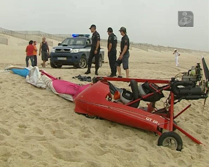 Queda de asa delta com motor numa praia faz um morto e um ferido grave