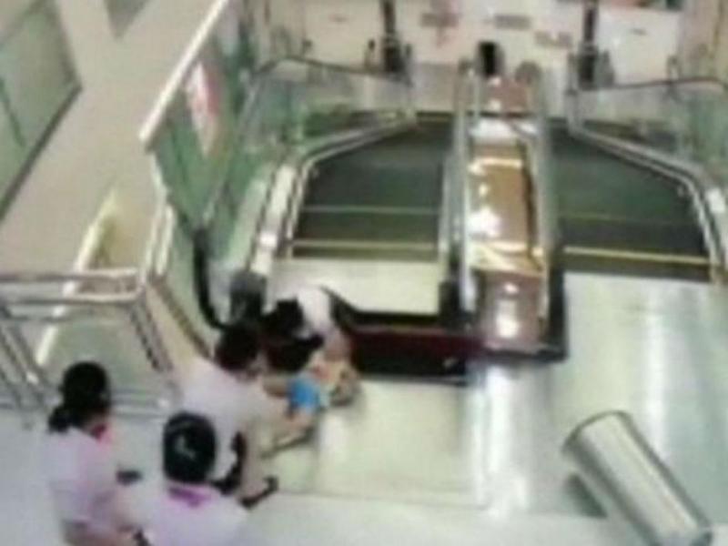 Mulher cai em fosso de escadas rolantes (DR)