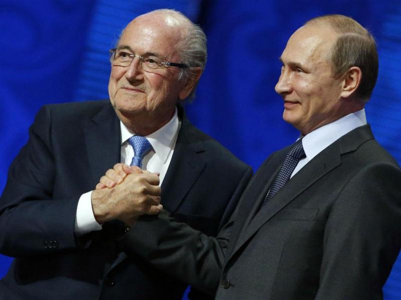 Vladimir Putin com o presidente da FIFA (REUTERS)