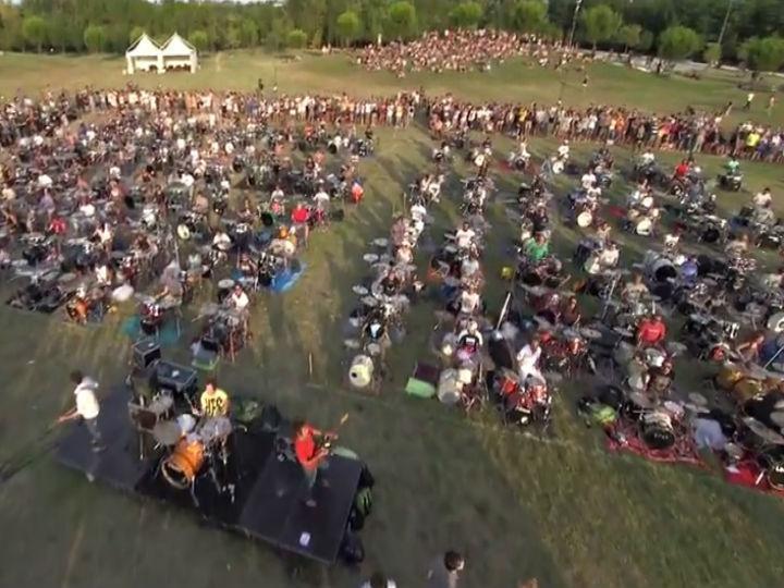 Cerca de 1000 fãs dos Foo Fighters juntaram-se para tocar