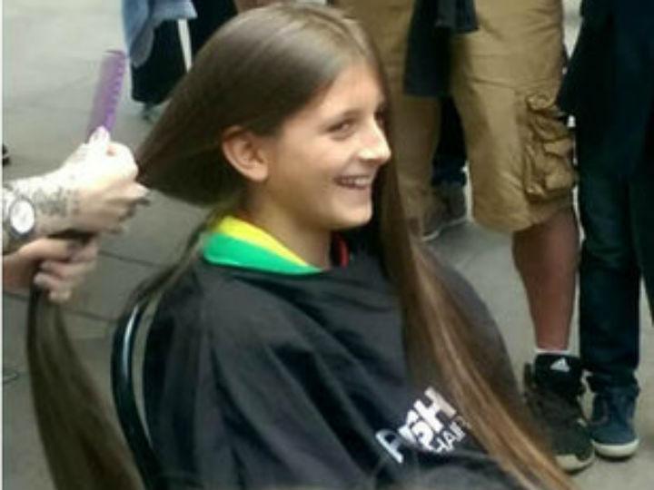 Rapaz corta o cabelo pela primeira vez (DR)