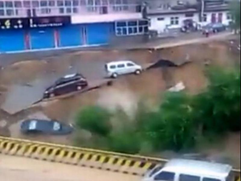 Estrada na China desmorona para dentro de rio