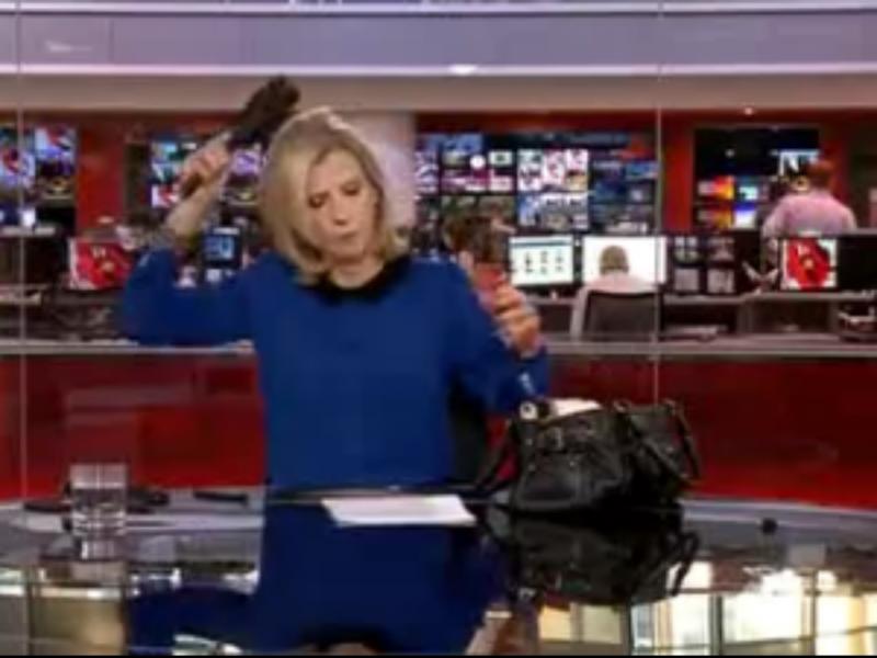 Jornalista da BBC News apanhada a escovar o cabelo em direto