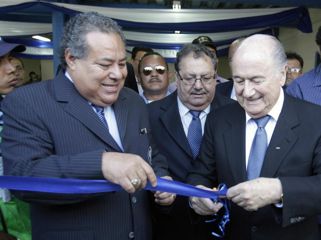 Julio Rocha e Sepp Blatter (Reuters)