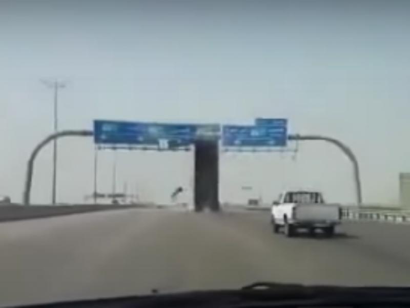 Camião de TIR derruba sinal aéreo em autoestrada