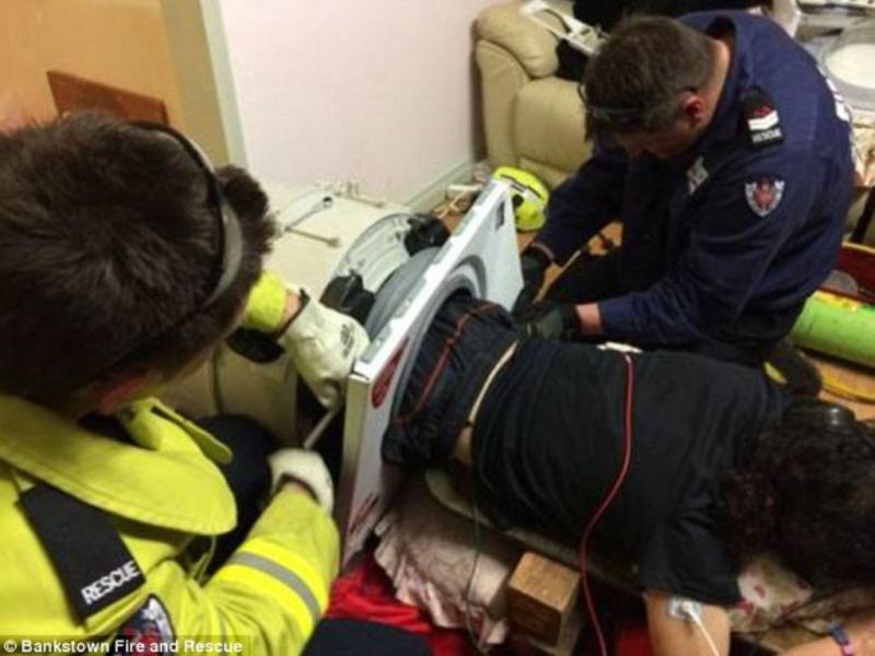 Homem fica preso em máquina de lavar [Fonte: Daily Mail]