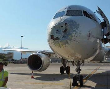 Airbus A319 da Alitalia aterra de emergência na sequência de uma tempestade que deixou avião danificado [Twitter]