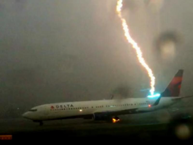 Vídeo mostra avião a ser atingido por um raio