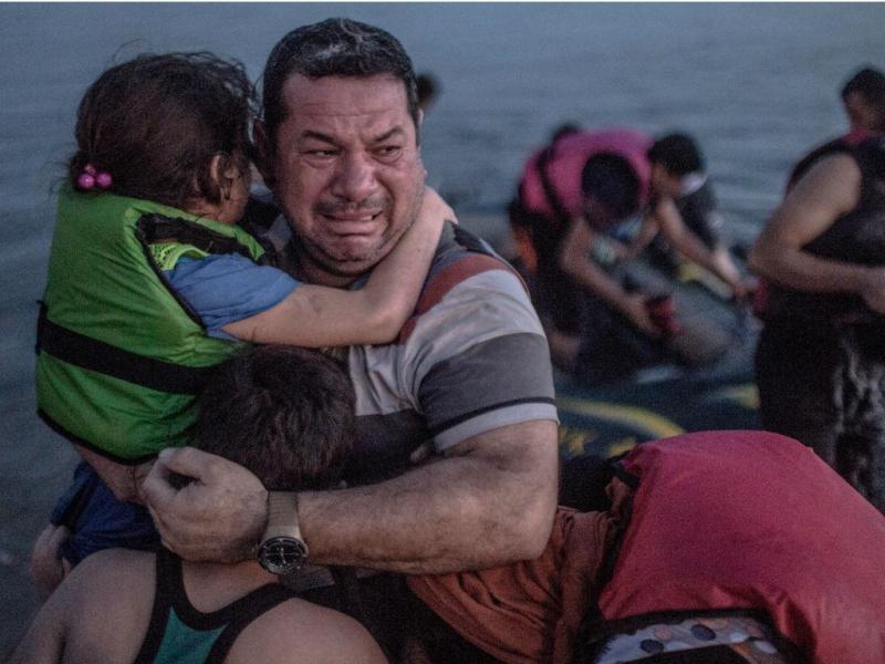Foto de migrante está a comover a Internet [Daniel Etter]