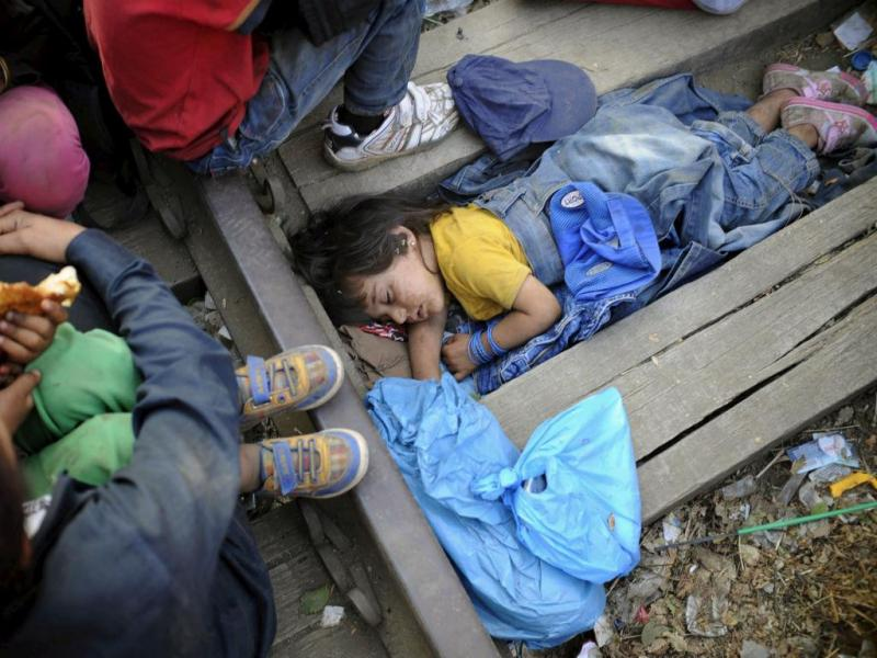 Migrantes na Grécia tentam chegar à Macedónia (REUTERS/Ognen Teofilovski)