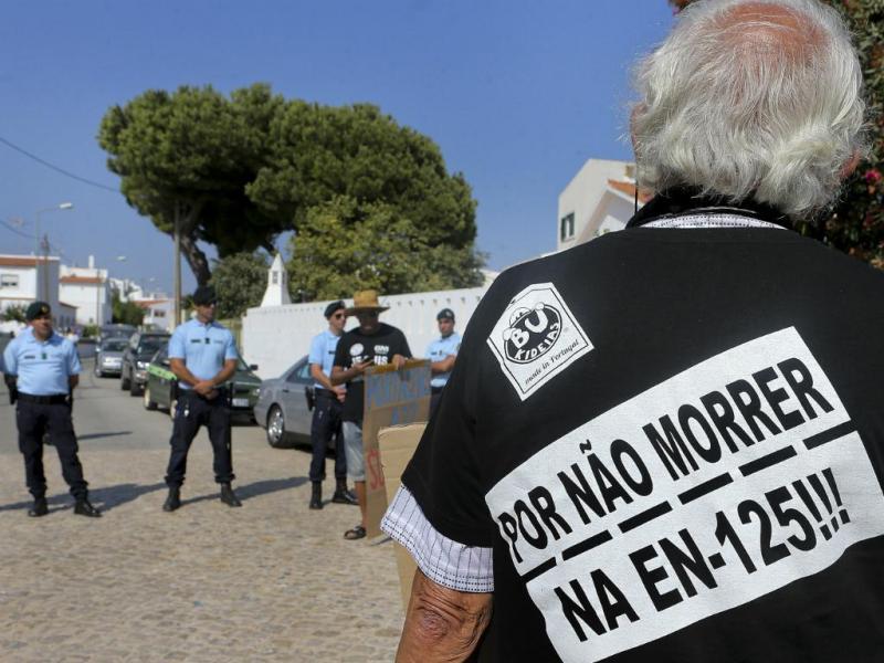 Portagens na A22: protesto em frente à casa de férias de Passos Coelho  (Luís Forra/LUSA)