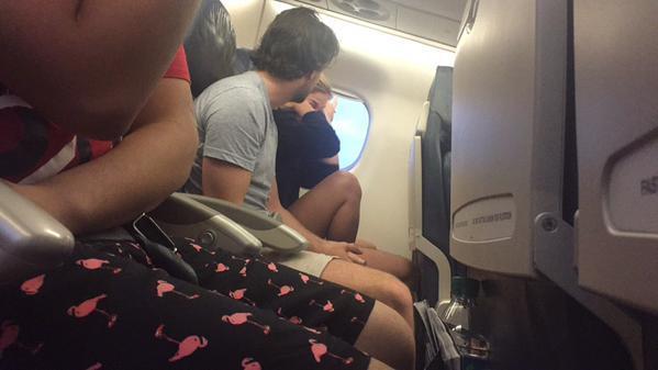 Discussão de casal no avião transmitida em direto no Twitter (Reprodução Twitter)