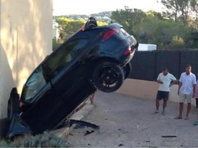 Porsche atravessa casa em Ibiza [Twitter]