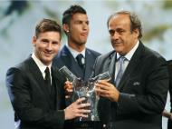 Messi recebe prémio de melhor jogador da UEFA (REUTERS/Eric Gaillard)