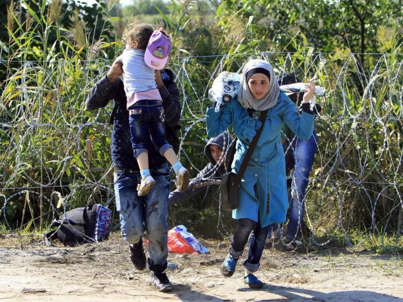 Família síria detida na fronteira da Hungria (REUTERS/Bernadett Szabo)