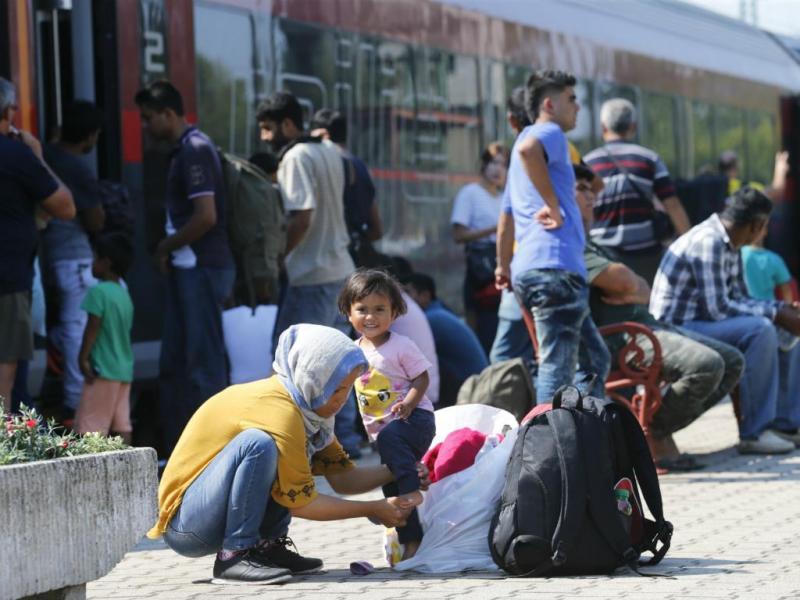 Migrantes esperam por comboios nas estações de Budapeste [Reuters]