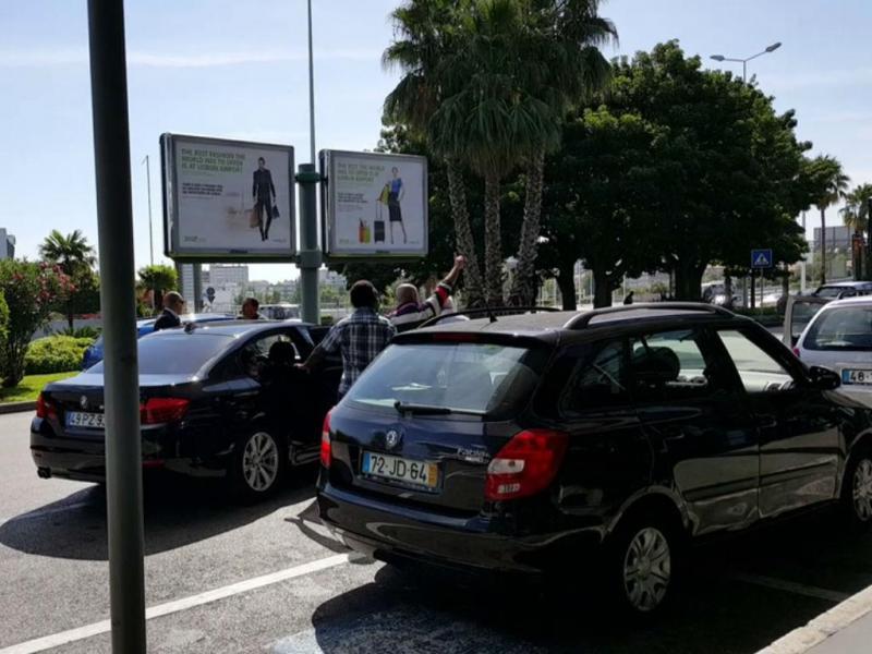 Taxistas tentam impedir Uber de tomar passageiros em Lisboa (Reprodução YouTube)