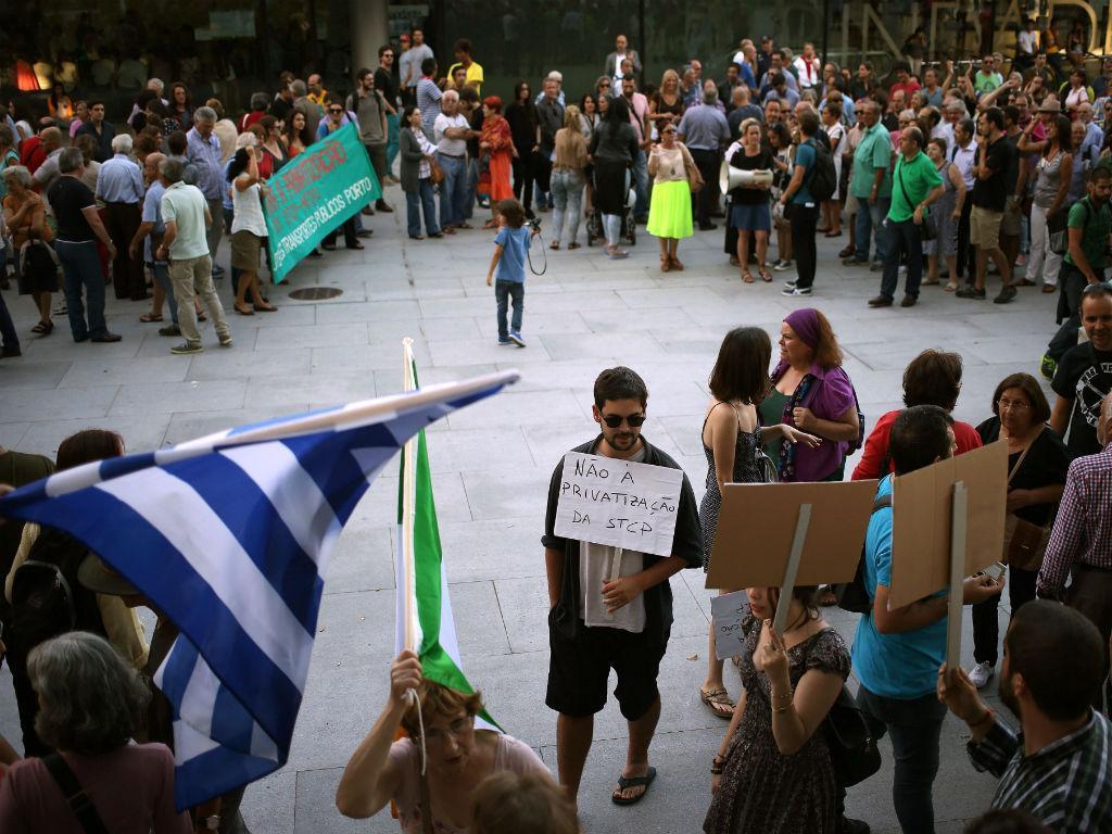 Cordão humano contra a privatização dos transportes do Porto [Foto: Lusa]