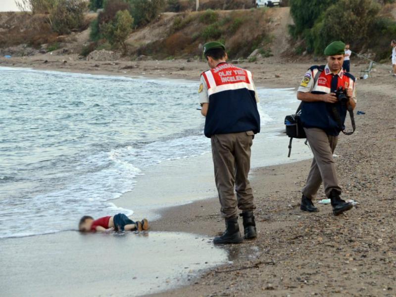 2 DE SETEMBRO: A tragédia dos milhares de migrantes que tentam chegar à Europa encontrou uma imagem icónica. Milhões de pessoas ficaram em choque com a fotografia de Aylan Kurdi, o menino sírio que morreu afogado e deu à costa numa praia em Kos, na Turquia. E quiseram saber como é que os líderes europeus estão a lidar com o drama dos refugiados (EPA/DOGAN NEWS)