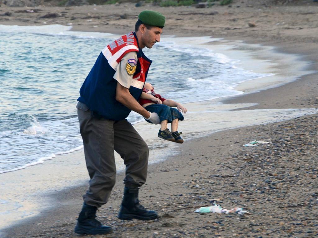 Autoridades resgatam criança síria que morreu a tentar chegar à Grécia (Reuters)
