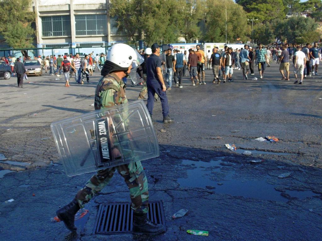 Migrantes e polícia em confrontos em Lesbos, na Grécia [Lusa/EPA]