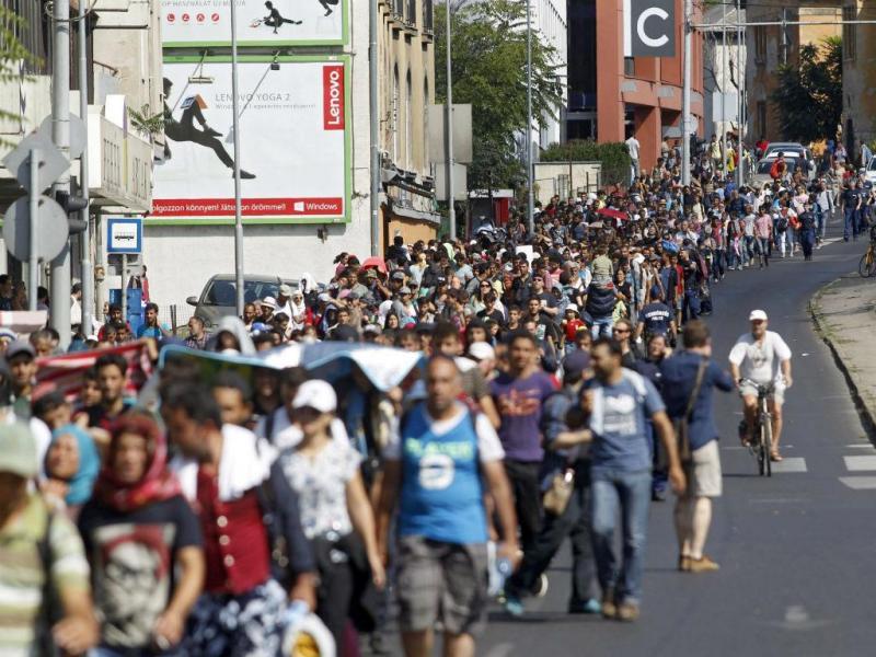 Refugiados caminham em Budapeste em direção à Áustria [Foto: EPA]