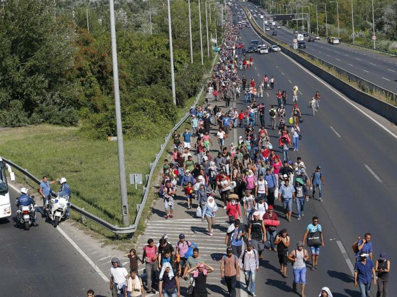 Refugiados caminham em Budapeste em direção à Áustria [Foto: Reuters]