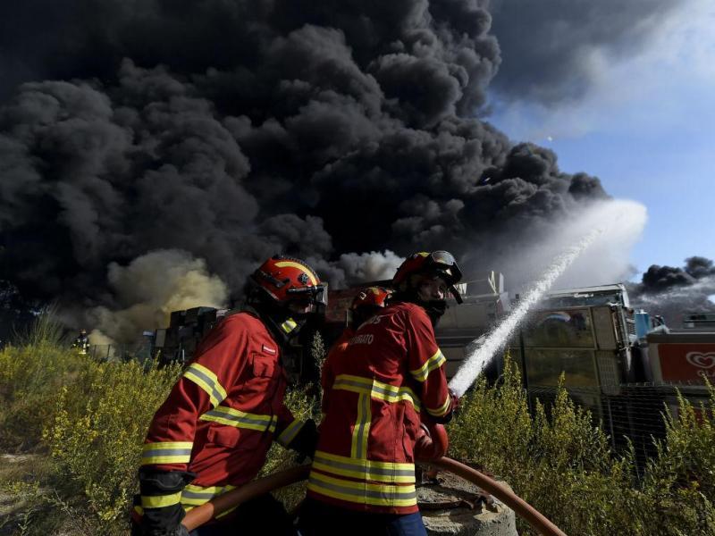 Fábrica de reciclagem a arder em Tondela [Lusa]