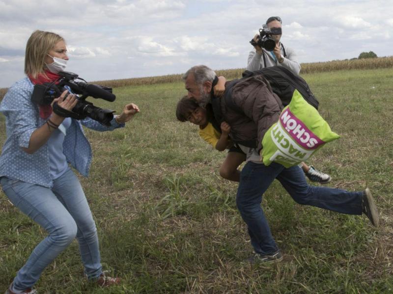 Jornalista agride refugiados na Hungria (REUTERS)