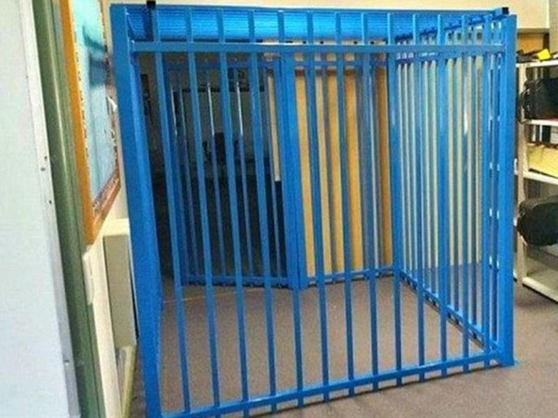 Escola construiu jaula para criança autista