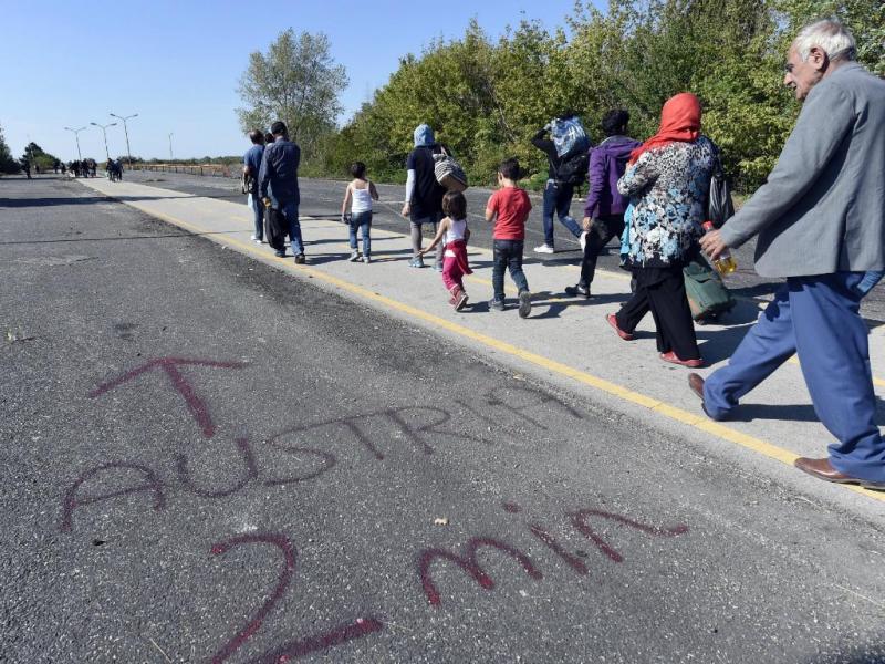 Refugiados a caminho da fronteira da Hungria com a Áustria