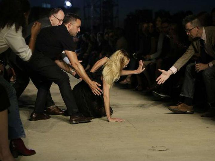 Modelo Candice Swanepoel cai na passerelle na semana de moda de Nova Iorque (Reprodução Twitter)
