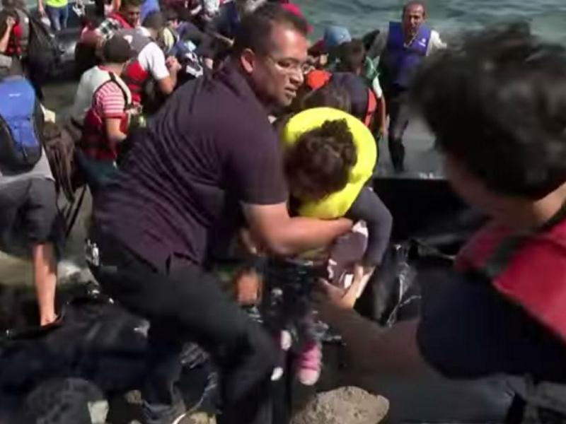 Jornalista para direto para ajudar refugiados a desembarcar (Reprodução Youtube)